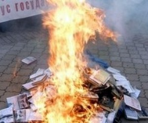 Администрация Януковича осудила сожжение в Крыму учебников по истории Украины
